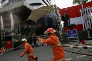 Sementara itu petugas dibantu tujuh unit mobil pemadam sigap untuk mengatasi kebakaran. MI/Ramdani