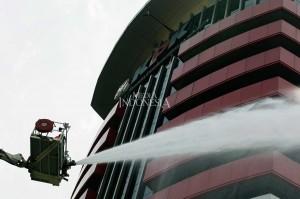 Peristiwa tersebut merupakan bagian dari simulasi penanggulangan kebakaran yang berguna untuk meningkatkan kesiapsiagaan sekaligus edukasi jika terjadi kebakaran di gedung lembaga antirasuah itu.  MI/Ramdani