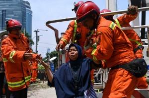 Petugas pemadam kebakaran mengevakuasi korban saat simulasi penanggulangan kebakaran di gedung KPK, Jakarta. Antara Foto/Sigid Kurniawan