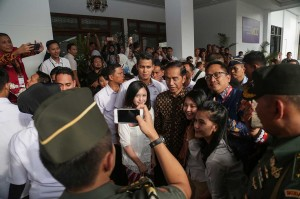 Usai acara, para peserta Sidang Umum International Council of Woman (ICW)  berebut foto bersama dengan Presiden Jokowi.