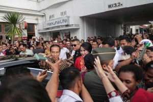 Presiden Jokowi membagikan cendera mata kepada peserta Sidang Umum International Council of Woman (ICW).