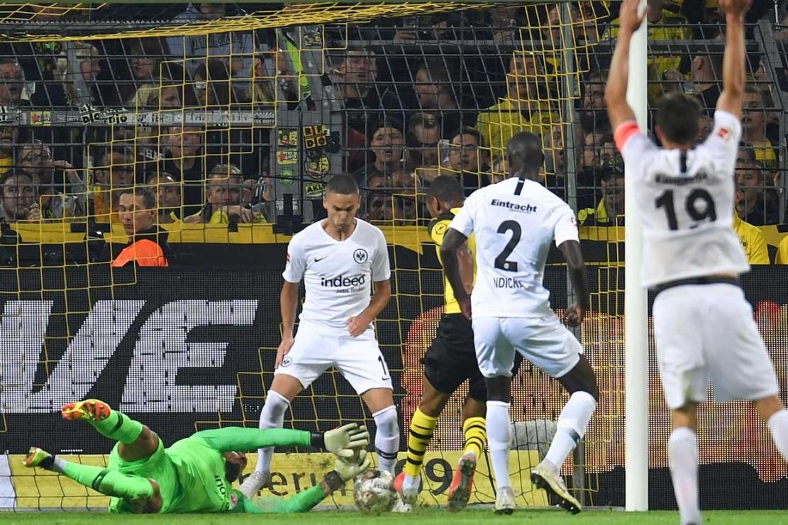 Bek Abdou Diallo membawa tuan rumah memimpin lewat gol perdananya di Liga Jerman, setelah menyambar bola pantul pada menit ke-36.
