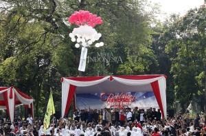 Gabungan perwakilan organisasi kemasyarakatan, komunitas pemuda dan mahasiswa melepas balon merah putih seusai membacakan deklarasi pemilu damai 2019 di Tugu Proklamasi, Jakarta.