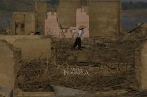 Warga mencari kayu kering di wilayah yang dulunya merupakan Desa Cipaku, Kecamatan Darmaraja, Kabupaten Sumedang, Jawa Barat.