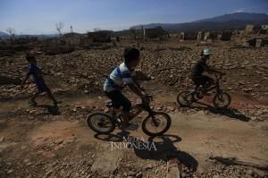 Sejumlah anak bermain di areal yang dulunya merupakan wilayah Desa Wado, Kecamatan Wado, Kabupaten Sumedang, Jawa Barat.