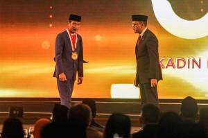 Kadin menilai upaya pembangunan infrastruktur di berbagai daerah di Indonesia termasuk di Papua merupakan upaya yang signifikan untuk memeratakan pembangunan. Sementara Jokowi mengatakan apa yang diberikan kepadanya merupakam sesuatu yang berat.