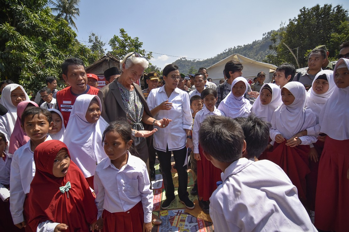 Direktur IMF Serahkan Bantuan untuk Korban Gempa Lombok