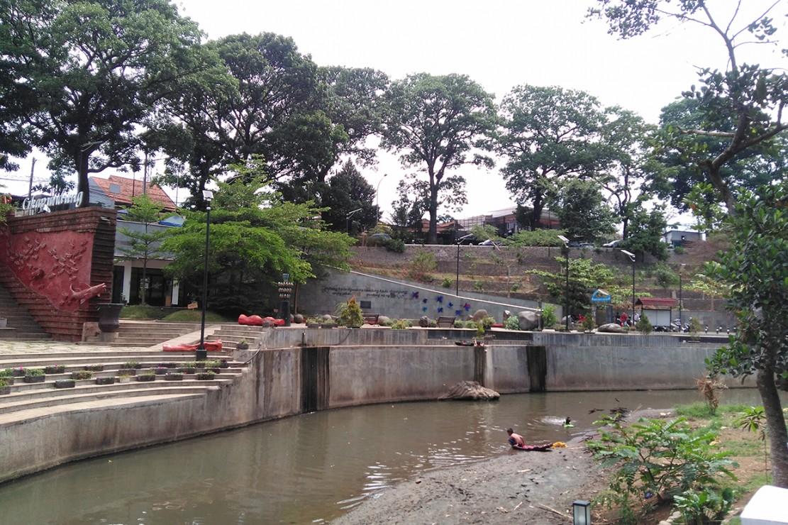 Bersantai Bareng Keluarga di Teras Cikapundung Bandung