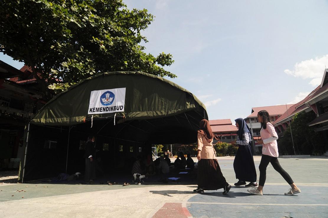 Siswa Korban Gempa Palu Belajar di Tenda Darurat