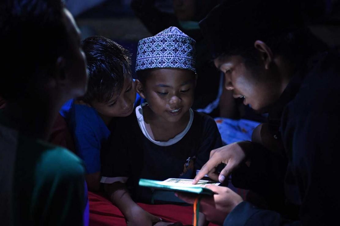 Anak-anak Belajar Mengaji di Tenda Pengungsian