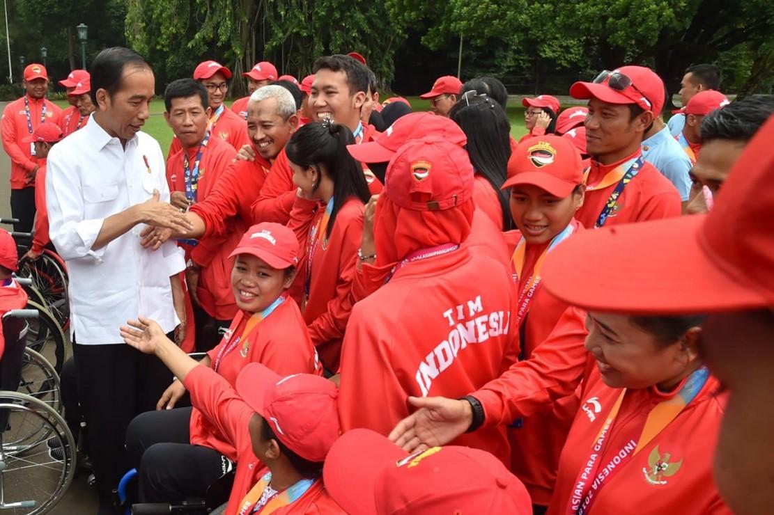 Jokowi Serahkan Bonus ke Atlet Asian Para Games 2018