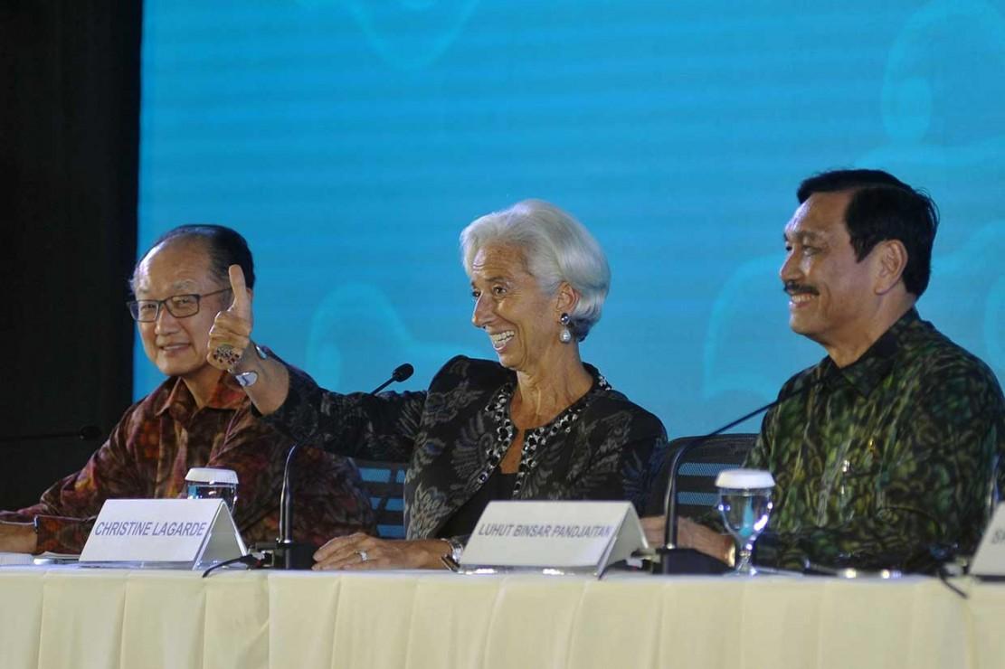 Direktur Pelaksana IMF Christine Lagarde mengacungkan jempolnya saat memberi apresiasi dan pujian kepada Indonesia atas penyelenggaraan pertemuan tahunan IMF-World Bank Group 2018 di Nusa Dua, Bali, Minggu, 14 Oktober 2018. Antara Foto/Fikri Yusuf