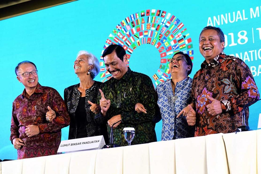 Menko Bidang Kemaritiman Luhut Pandjaitan (tengah), Menkeu Sri Mulyani (kedua dari kanan), Gubernur BI Perry Warjiyo (kanan), Presiden Bank Dunia Jim Yong Kim (kiri), dan Direktur Pelaksana IMF Christine Lagarde berfoto bersama saat taklimat media penutupan Pertemuan Tahunan IMF-World Bank Group 2018 di Nusa Dua, Bali. AFP Photo/Goh Chai Hin