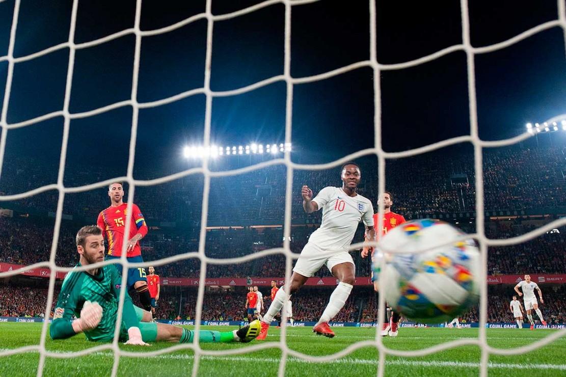 Situasi bertambah buruk bagi Spanyol setelah pada menit ke-38 Ross Barkley mengirim bola tertuju kepada Kane, yang kemudian meneruskannya kepada Sterling untuk dikonversi menjadi gol.