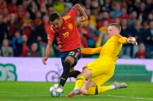 Kiper Inggris Jordan Pickford beruntung lolos dari hukuman ketika ia terlihat menarik punggung Rodrigo Moreno di kotak terlarang setelah bolanya dicuri oleh penyerang Valencia tersebut, yang gagal mencetak gol karena tekel sang kiper.