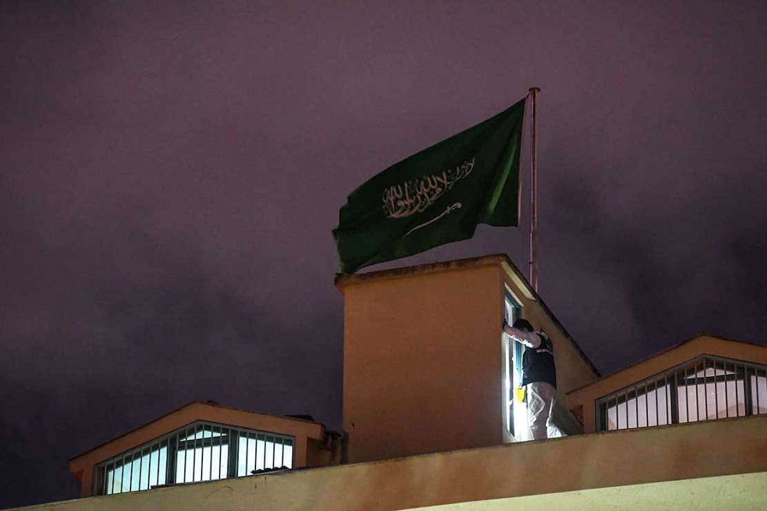 Seorang ahli forensik Turki berada di atas atap konsulat Arab Saudi di Istanbul selama penyelidikan atas hilangnya jurnalis terkemuka Saudi, Jamal Khashoggi, Senin, 15 Oktober 2018 waktu setempat.