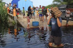 Intensitas curah hujan yang tinggi dan bertepatan musim pasang besar air laut pada sepekan terakhir di wilayah pesisir Riau seperti Dumai, Rokan Hilir dan Bengkalis membuat di sejumlah daerah itu mengalami banjir.