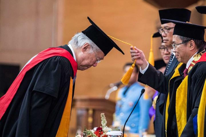Enggartiasto Terima Gelar Doktor Kehormatan dari UPI