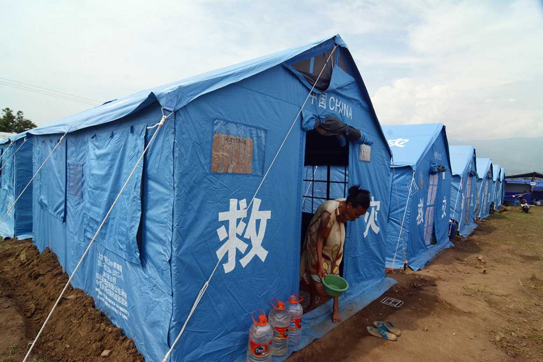 Warga terdampak likuifaksi beraktivitas di tenda Kamp Pengungsi Terpadu di Kelurahan Petobo, Palu, Sulawesi Tengah, Jumat, 19 Oktober 2018.