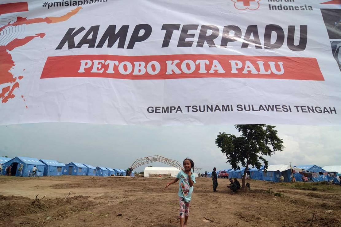 Ribuan warga yang kehilangan tempat tinggal akibat likuifaksi ditampung sementara di kamp terpadu di Kelurahan Petobo sambil menunggu selesainya hunian sementara (huntara) yang saat ini sedang dibangun pemerintah.