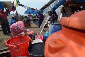 Sementara kebutuhan air bersih untuk penghuni kamp terpadu disuplai oleh sejumlah relawan, TNI, dan Polri.