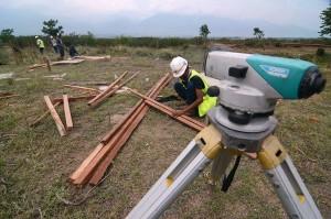 Pekerja mempersiapkan pembangunan huntara di kawasan terbuka Kelurahan Petobo. Pemerintah akan membangun sedikitnya 8.000 unit huntara yang setiap unitnya terdiri dari 12 keluarga untuk menampung korban gempa, tsunami, dan likuifaksi.