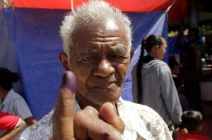 Seorang warga menunjukkan jari yang telah dicelup tinta usai menggunakan hak pilihnya saat digelarnya Pemungutan Suara Ulang (PSU) Pemilihan Bupati-Wakil Bupati Timor Tengah Selatan (TTS) di TPS 4 Desa Boentuka di Kabupaten TTS , NTT, Sabtu, 20 Oktober 2018.