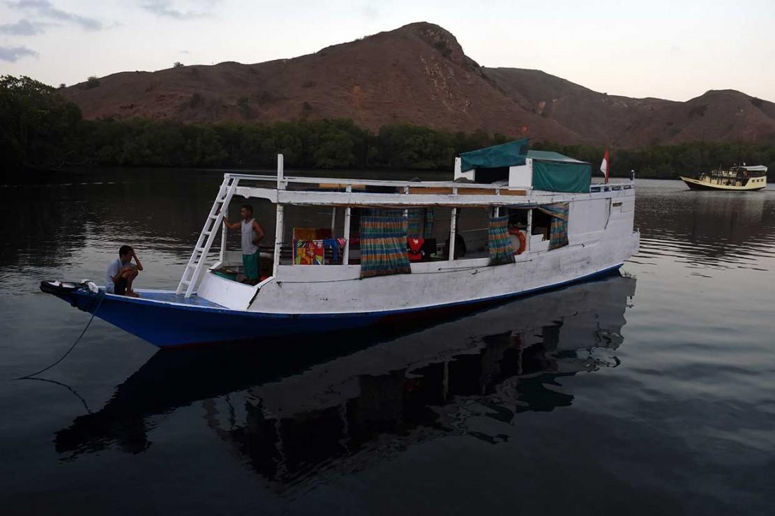 Kapal pengangkut wisatawan berlabuh di teluk Pulau Rinca, Kawasan Taman Nasional Komodo, Nusa Tenggara Timur, Minggu, 14 Oktober 2018.