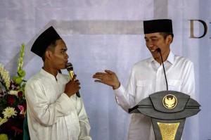 Presiden Joko Widodo memberikan kuis kebangsaan kepada santri saat berkunjung di Pondok Pesantren (Ponpes) Al-Itqon di Semarang, Jawa Tengah, Sabtu, 20 Oktober 2018.