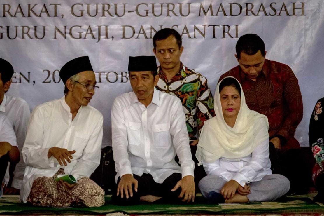 Presiden didampingi Ibu Negara Iriana Joko Widodo berbincang dengan Ketua Yayasan Al-Wathoniyah Ponpes Al-Itqon KH Ubaidullah Shodaqoh (kiri).
