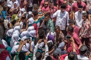 Kunjungan Presiden ke Ponpes Al-Itqon mendapat sambutan meriah dari santri dan santriwati. Mereka berebut berjabat tangan dan berfoto bersama Jokowi.