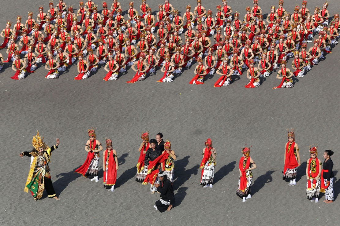 Gelaran tari kolosal yang diperankan oleh 1.200 penari gandrung dengan tema