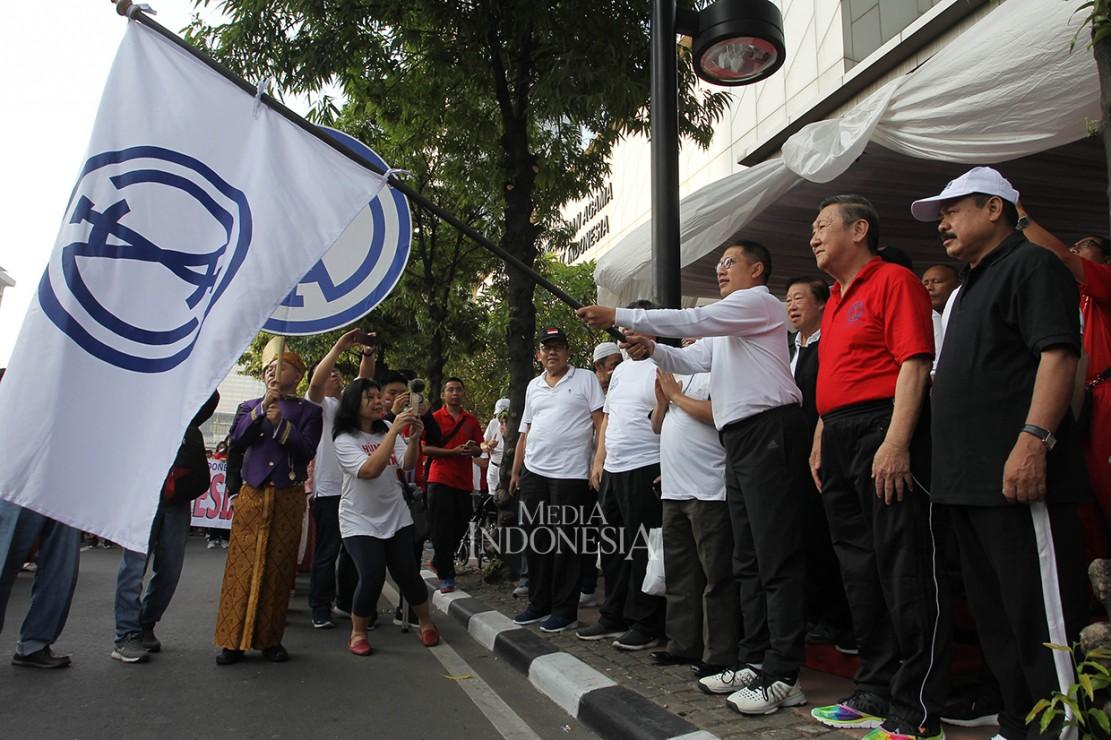 Menteri Agama Lukman Hakim Saifuddin (ketiga kanan) melepas peserta gerak Jalan Kerukunan Umat Beragama