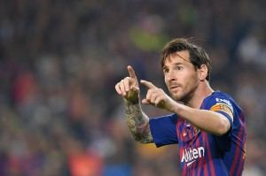 Lionel Messi melakukan selebrasi usai mencetak gol ke gawang Sevilla dalam laga lanjutan La Liga Spanyol jornada sembilan yang digelar di Stadion Camp Nou.
