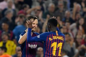 Ivan Rakitic bersama Ousmane Dembele melakukan selebrasi usai mencetak gol ke gawang Sevilla dalam laga lanjutan La Liga Spanyol jornada sembilan yang digelar di Stadion Camp Nou.