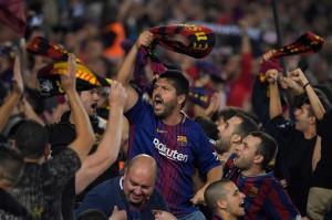 Ekspresi suporter Barca saat Barcelona memuncaki klasemen sementara Divisi Primer La Liga Spanyol setelah menundukkan Sevilla dengan skor 4 - 2.