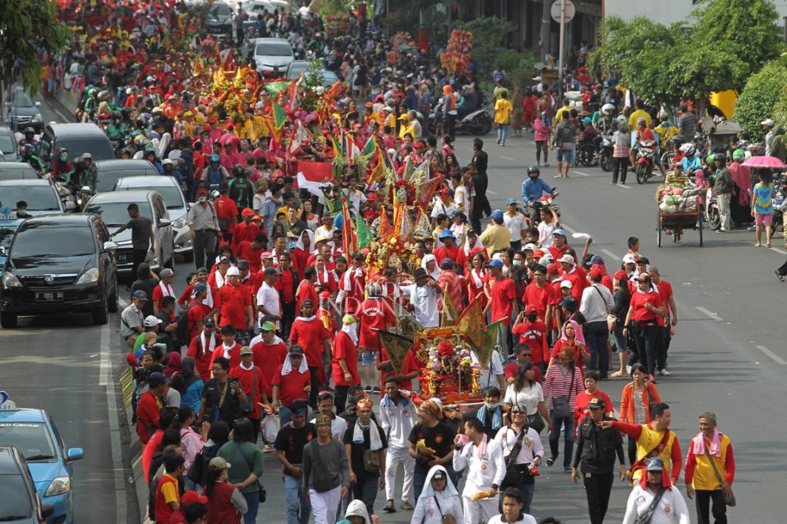Warga Tionghoa mengikuti kirab budaya dan ruwat bumi dengan menggotong joli atau tandu toapekong di sepanjang ruas Jalan Hayam Wuruk, Jakarta.