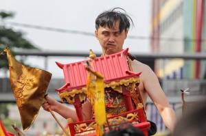 Warga Tionghoa melakukan atraksi Tatung saat mengikuti kirab budaya dan ruwat bumi dengan menggotong joli atau tandu toapekong di sepanjang ruas Jalan Hayam Wuruk, Jakarta.