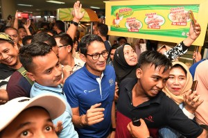 Calon Wakil Presiden Sandiaga Uno menyapa pengunjung dan pedagang ketika berkunjung ke Pusat Grosir Surabaya (PGS), Surabaya, Jawa Timur.