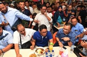 Calon Wakil Presiden Sandiaga Uno menyantap makanan yang dijajakan di Pusat Grosir Surabaya (PGS) saat berkunjung di pusat perbelanjaan itu, Surabaya, Jawa Timur.