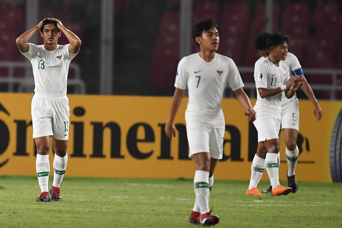 Ekspresi pemain Timnas Indonesia seusai gawang kebobolan dari Timnas Qatar dalam penyisihan Grup A Piala Asia U-19 di Stadion Utama Gelora Bung Karno, Jakarta.