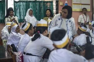 Menteri Keuangan Sri Mulyani saat mengajar siswa-siswi SD Negeri Kenari 07 di Jakarta.