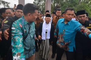 Calon Wakil Presiden nomor urut 01 Ma'ruf Amin saat tiba menghadiri Apel Upacara Hari Santri Nasional di Lapangan Dadaha, Kota Tasikmalaya, Jawa Barat.