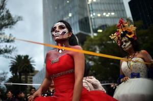 Dalam perayaan tersebut warga akan menghias diri mereka seperti tengkorak atau orang yang telah mati dan menggelar pesta untuk menari, bernyayi dan bermain musik.