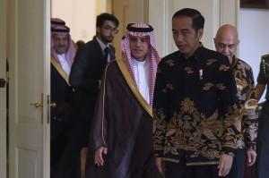 Presiden Joko Widodo (kanan) menerima kunjungan Menteri Luar Negeri Arab Saudi Adel al-Jubeir (ketiga kiri) di Istana Bogor, Jawa Barat.