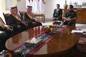 Menlu Arab Saudi mengunjungi Indonesia untuk melakukan pertemuan empat mata dengan Menlu Retno Marsudi membahas isu terorisme, politik, keamana, ekonomi, energi, pariwisata dan perhubungan.