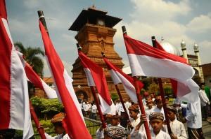Sejumlah santri membawa bendera merah putih saat mengikuti Kirab Hari Santri Nasional di Kudus, Jawa Tengah. Antara Foto/Yusuf Nugroho