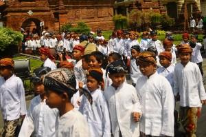 Kirab yang diikuti ratusan santri Qudsiyah tersebut untuk memperingati Hari Santri Nasional 2018 serta untuk menanamkan rasa cinta dan bangga kepada Negara Kesatuan Republik Indonesia (NKRI). Antara Foto/Yusuf Nugroho
