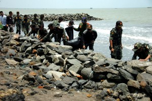 Sejumlah santri dan Banser memungut sampah saat aksi bersih-bersih Pantai Utara, Muarareja, Tegal, Jawa Tengah. Antara Foto/Oky Lukmansyah