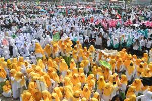 Sejumlah santri mengikuti apel upacara hari santri nasional dan kirab santri di Lapangan Dadaha, Kota Tasikmalaya, Jawa Barat. Antara Foto/Adeng Bustomi